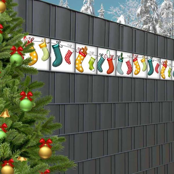 Wintermotiv Weihnachtssocken als Dekoration für den Gittermattenzaun