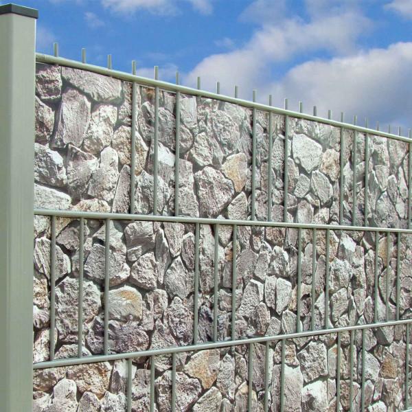 Bedruckte Sichtschutzstreifen Motiv Bruchstein Hell Anwendung im Zaun