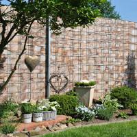 Dekorativer Gitterzaun mit PES Sichtschutzstreifen Motiv Sandsteinmauer