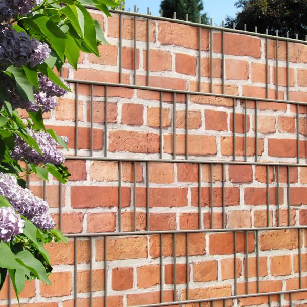 Bedruckte Sichtschutzstreifen für Gittermattenzaun, Motiv Backsteinmauer, Anwendungsbeispiel